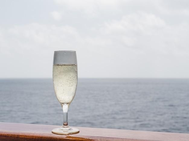 Bellissimo bicchiere di champagne sul ponte aperto