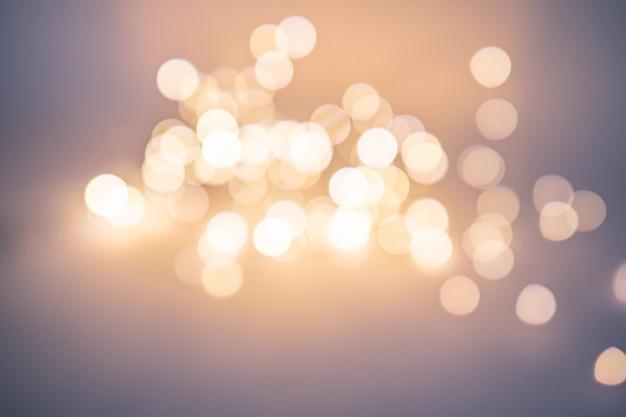Bellissimo bokeh sfocato, molti cerchi luminosi artisticamente sfocati. sfondo di natale.