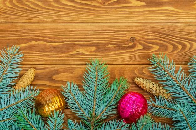 Bellissimo bordo di natale di abete rosso e giocattoli su uno spazio d'epoca in legno