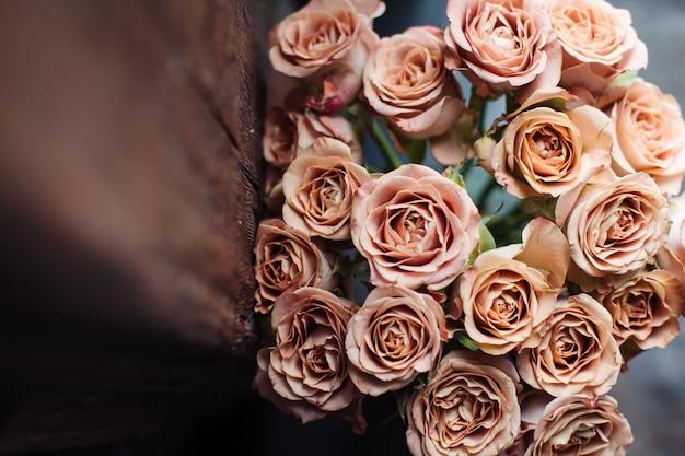 Bellissimo bouquet autunnale di rose rosa. il lavoro del fioraio. consegna fiori