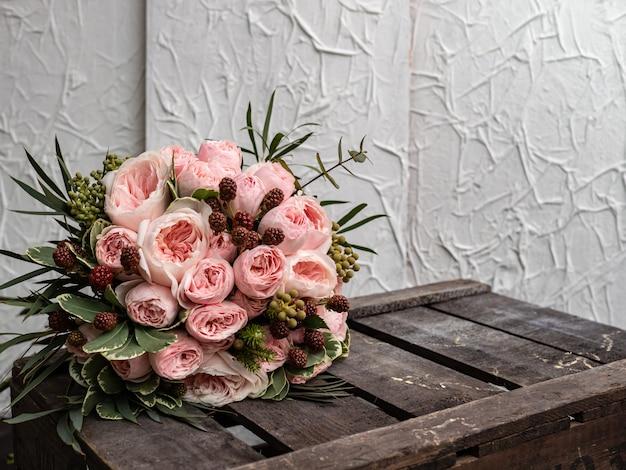 Bellissimo bouquet da sposa di arbusto e peonia con rose rosa.