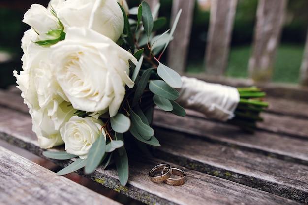Bellissimo bouquet da sposa di fiori