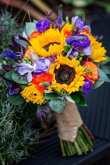 Bellissimo bouquet da sposa di girasoli gialli e viola