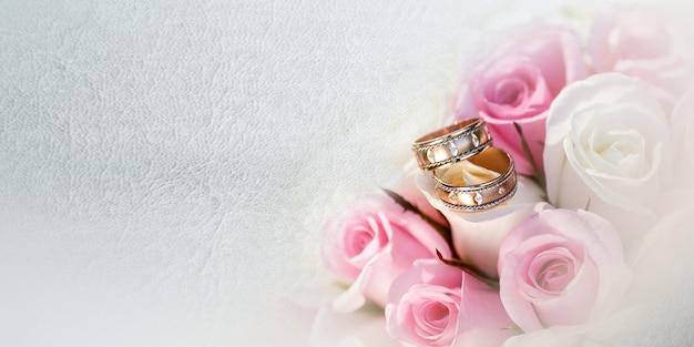 Bellissimo bouquet da sposa di vari fiori su sfondo grigio