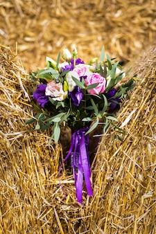 Bellissimo bouquet da sposa sdraiato sul pagliaio