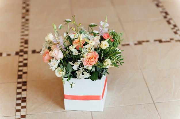 Bellissimo bouquet di fiori luminosi nel carrello