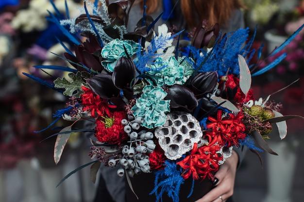 Bellissimo bouquet di fiori misti con peonie.