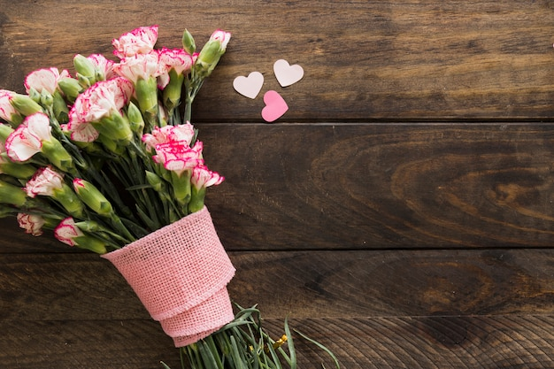 Bellissimo bouquet di fioriture con nastro