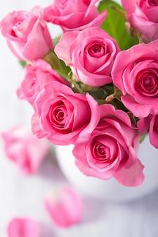 Bellissimo bouquet di rose rosa in vaso