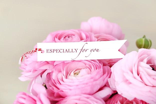 Bellissimo bouquet sul tavolo