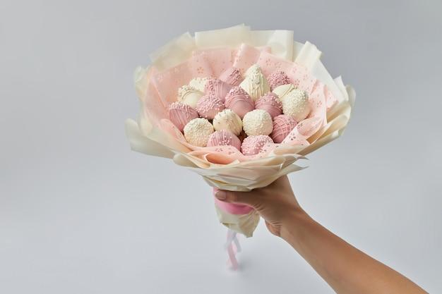 Bellissimo bouquet tenero di fragole mature