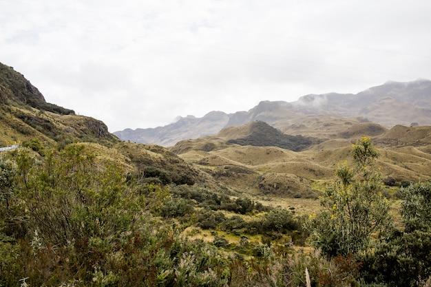 Bellissimo campo con incredibili montagne e colline rocciose e un incredibile cielo nuvoloso