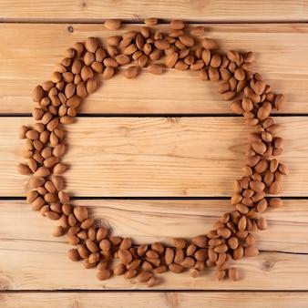Bellissimo cerchio di mandorle su legno