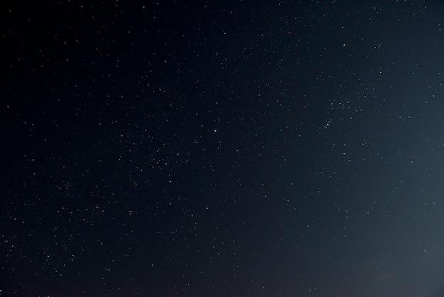 Bellissimo cielo notturno con stelle lucenti