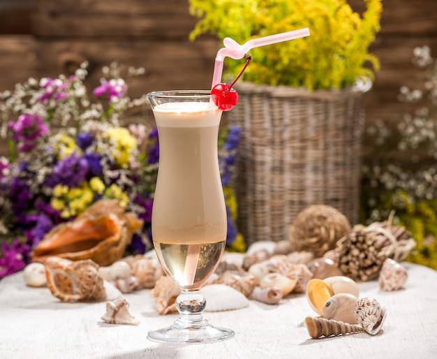 Bellissimo cocktail alcolico, su un tavolo di legno