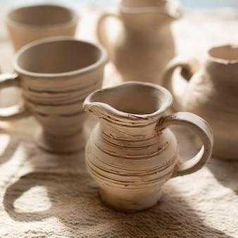 Bellissimo concetto di ceramiche ceramiche fatte a mano