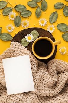 Bellissimo concetto floreale con caffè