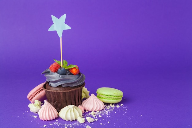 Bellissimo cupcake su sfondo viola scuro saturo