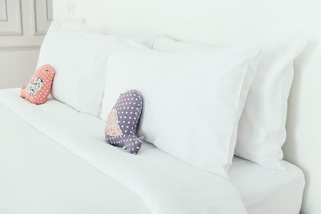 Bellissimo cuscino bianco di lusso sul letto