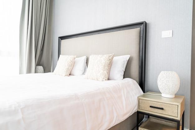 Bellissimo cuscino sul letto decorazione nella camera da letto