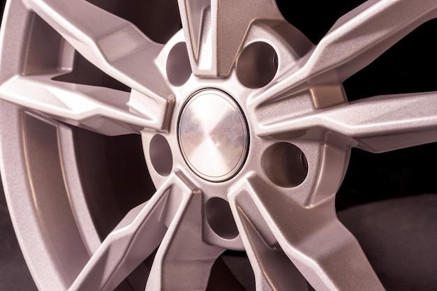 Bellissimo disco in fusione d'argento per un'auto
