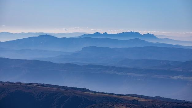 Bellissimo effetto di montagna dalla montagna spagnola montseny