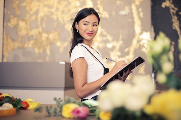 Bellissimo fiorista asiatico