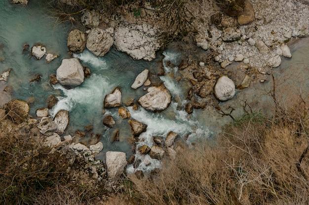 Bellissimo fiume azzurro in georgia. canyon martvili. okatse canyon