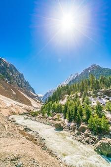 Bellissimo fiume e neve coperto montagne paesaggio dello stato di kashmir, india.