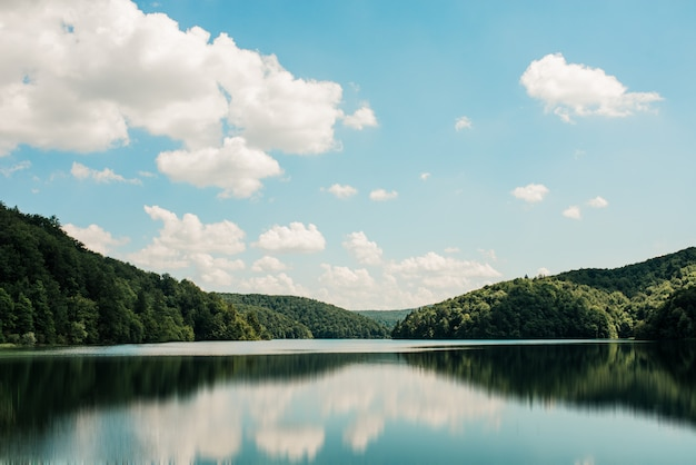 Bellissimo lago di montagna.