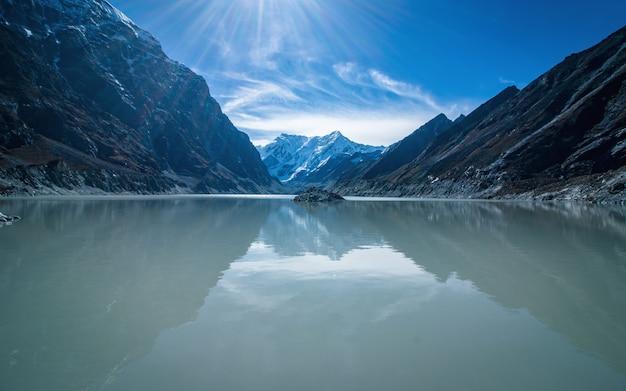 Bellissimo lago glaciale tsho rolpa, dolakha, nepal