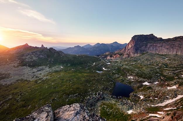 Bellissimo lago in montagna nel sole della sera