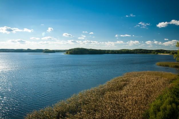 Bellissimo lago in una giornata estiva