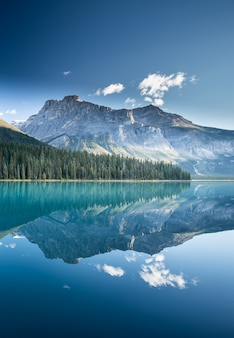 Bellissimo lago verde smeraldo in canada