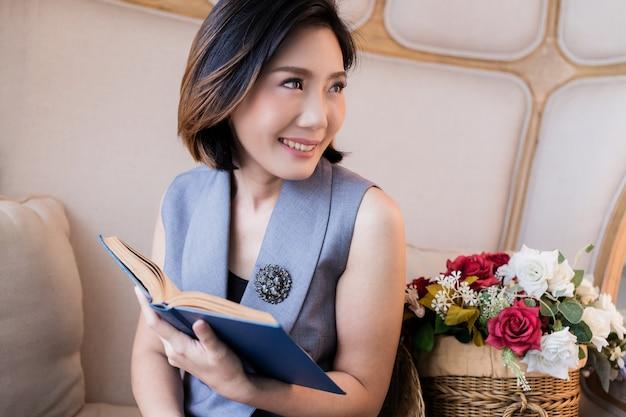 Bellissimo libro di lettura donna asiatica