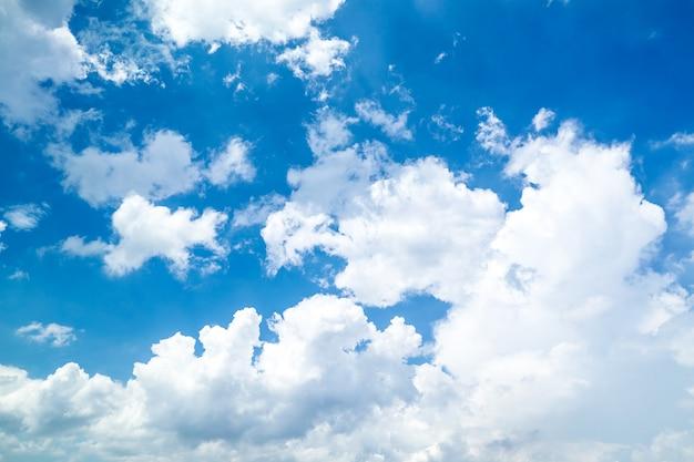 Bellissimo mare blu con bel cielo e nuvole