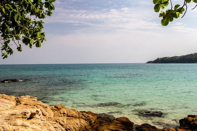 Bellissimo mare blu e paesaggio di scogliere