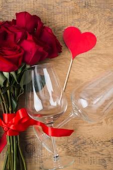 Bellissimo mazzo di bicchieri di rose e segno di calore