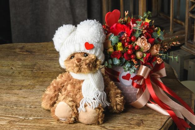 Bellissimo mazzo di fiori con orsacchiotto