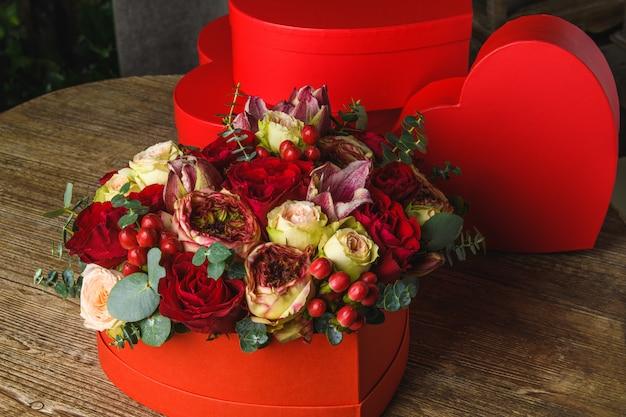 Bellissimo mazzo di fiori su una scatola a forma di cuore