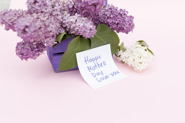 Bellissimo mazzo di viola lilla e carta su sfondo di carta viola
