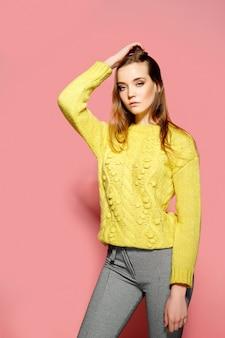 Bellissimo modello femminile indossa maglione casual comfrotable