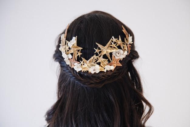 Bellissimo ornamento da testa che decora lunghe trecce su una sposa