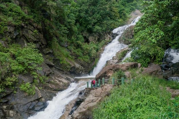 Bellissimo paesaggio con cascata. cascata di ella di ravana nello sri lanka.