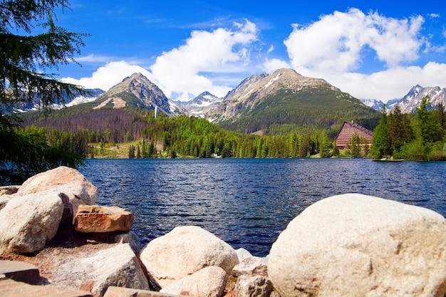 Bellissimo paesaggio con lago in alti tatra