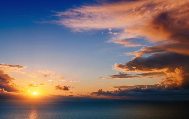 Bellissimo paesaggio con tramonto sul mare
