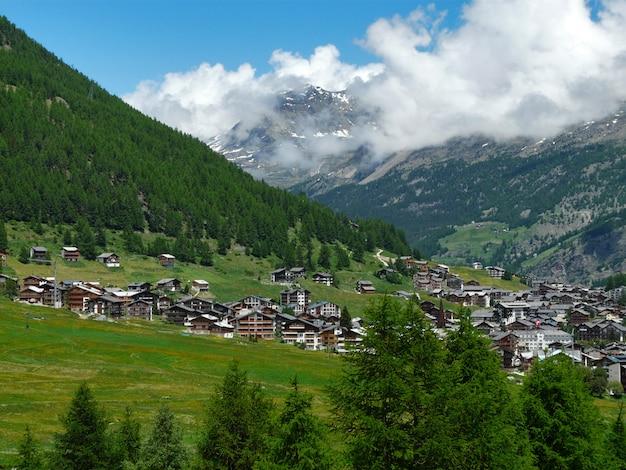 Bellissimo paesaggio delle alpi con le montagne