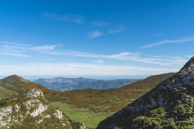 Bellissimo paesaggio delle montagne picos de europa nelle asturie.