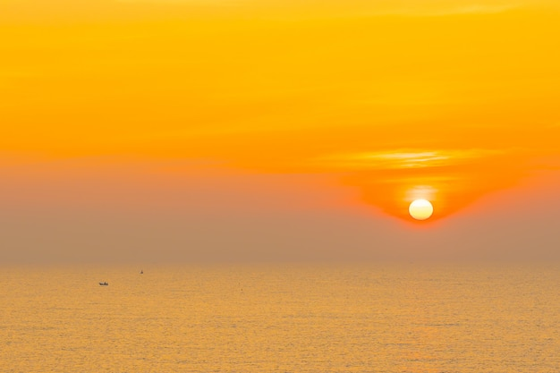 Bellissimo paesaggio di mare oceano per viaggi di piacere e vacanze