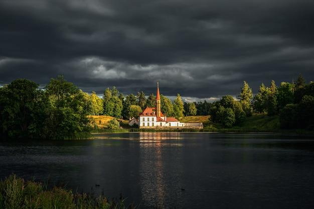 Bellissimo paesaggio estivo nuvoloso con un palazzo del priorato a gatchina. russia.
